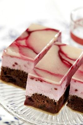 Fruitig plaatgebak met chocola en kersen  met Double Choc Cake